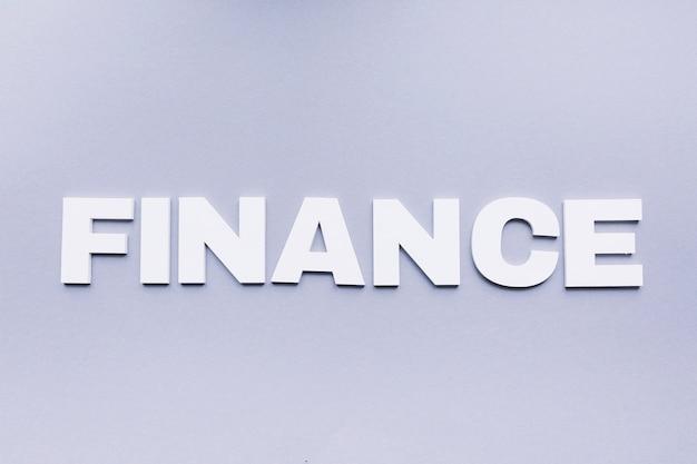 Hohe winkelsicht des finanzwortes auf grauem hintergrund