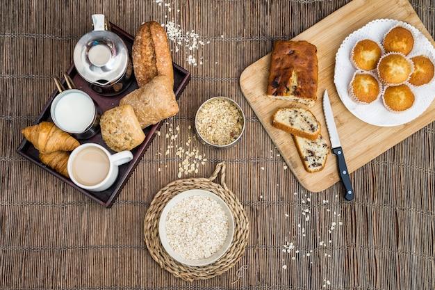 Hohe winkelsicht des frühstücks auf placemat