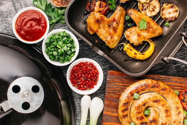 Hohe winkelsicht des geschmackvollen gebratenen fleisches und des gemüses