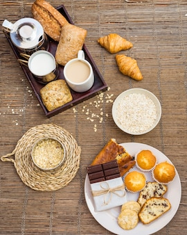 Hohe winkelsicht des gesunden frühstücks auf placemat