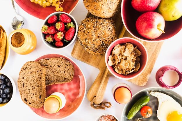 Hohe winkelsicht des gesunden frühstücks