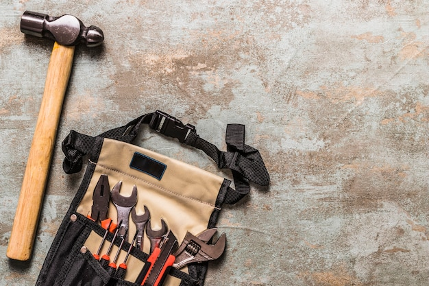 Hohe winkelsicht des hammers nahe verschiedenen werkzeugen in toolbag