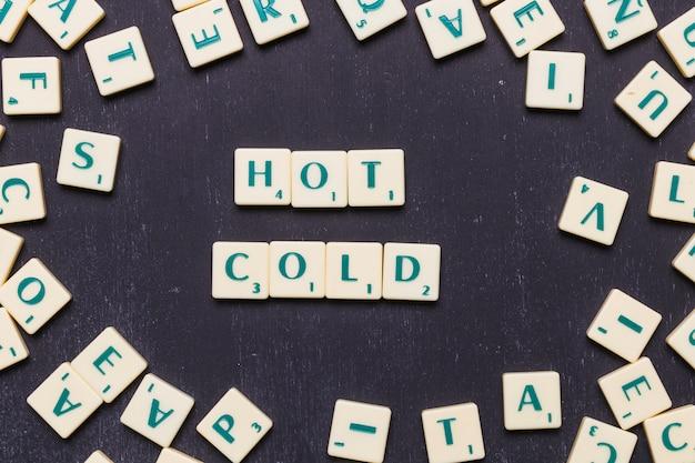 Hohe winkelsicht des heißen und kalten konzeptes gegen schwarzen hintergrund