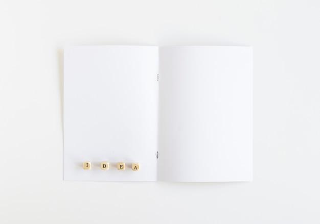 Hohe winkelsicht des ideenblockes auf weißer karte
