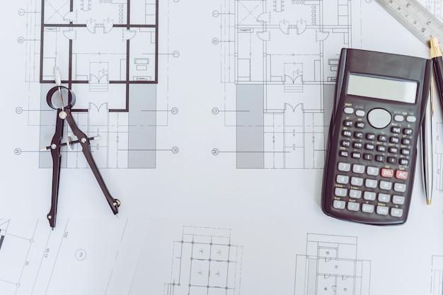 Hohe winkelsicht des ingenieurs architect plan und des gegenstandes.