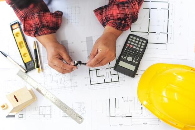 Hohe winkelsicht des ingenieurs asian person drawing architect plan on-tabellen-übergewichts.