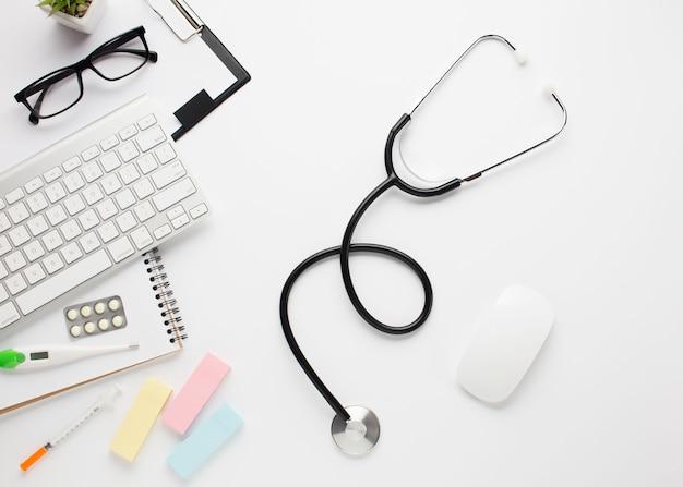 Hohe winkelsicht des weißen schreibtisches mit gesundheitswesenzubehör