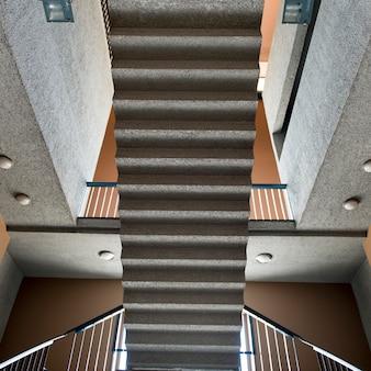 Hohe winkelsicht eines treppenhauses, centro cultural estacion mapocho, santiago, santiago-stadtbezirk re