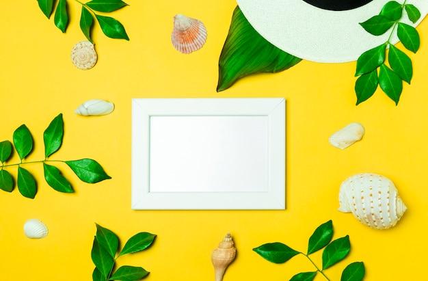 Hohe winkelsicht eines weißen rahmen whit mit grünem blatt und seashell