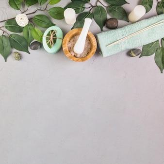 Hohe winkelsicht von badekurortprodukten auf grauem hintergrund