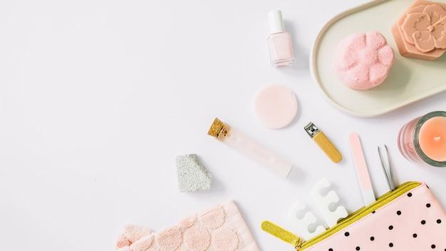 Hohe winkelsicht von badekurortprodukten auf weißem hintergrund