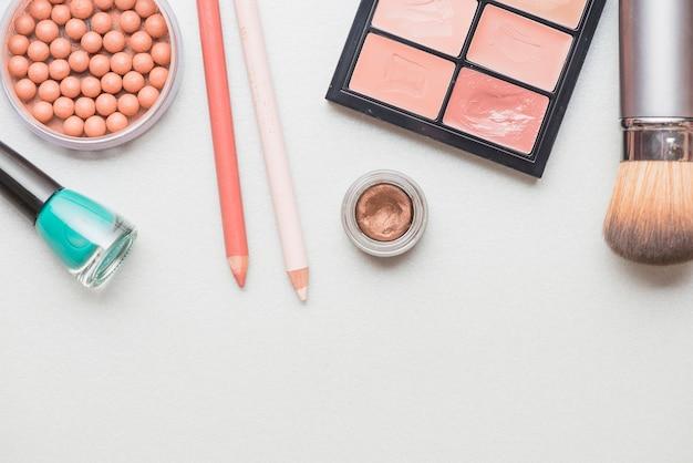 Hohe winkelsicht von den kosmetischen produkten lokalisiert auf weißer oberfläche