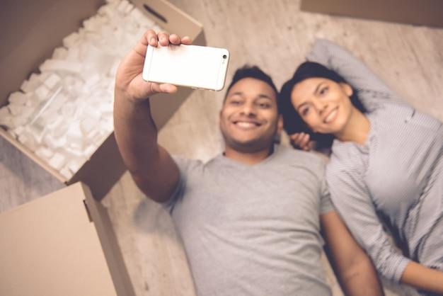 Hohe winkelsicht von den schönen paaren, die selfie tun