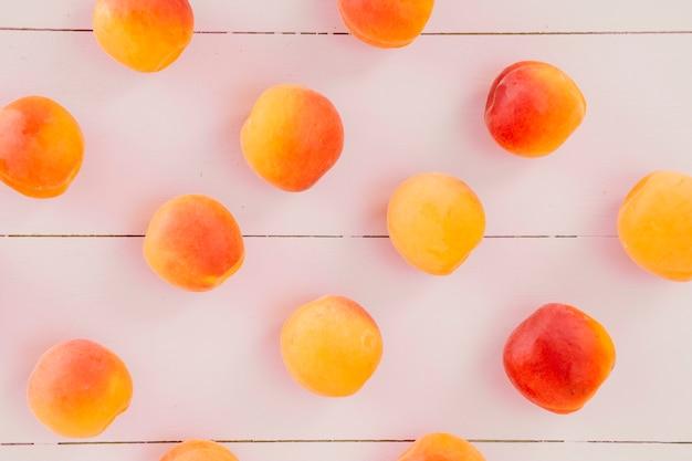 Hohe winkelsicht von frischen pfirsich trägt auf hölzernem schreibtisch früchte
