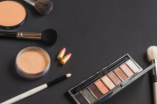 Hohe winkelsicht von kosmetischen produkten auf schwarzem hintergrund