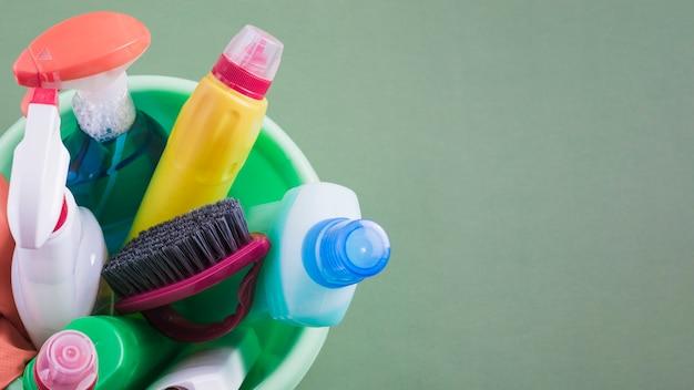 Hohe winkelsicht von reinigungsanlagen im eimer