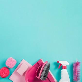 Hohe winkelsicht von reinigungsgeräten auf türkishintergrund