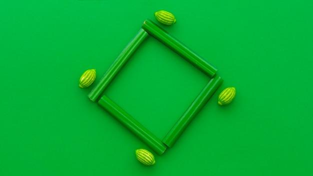 Hohe winkelsicht von süßholz- und zitronensüßigkeiten auf grünem hintergrund