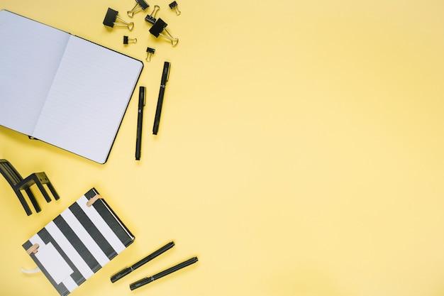 Hohe winkelsicht von verschiedenen schreibwaren auf gelbem hintergrund
