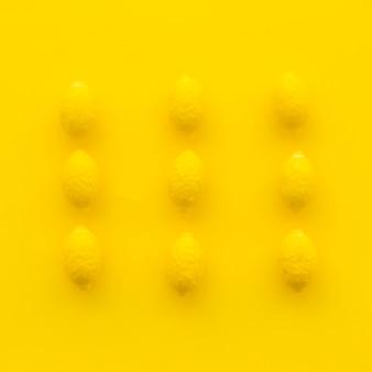 Hohe Winkelsicht von Zitronensüßigkeiten auf gelber Oberfläche