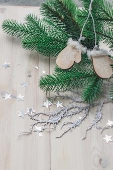 Hohe winkelvertikale von holzverzierungen und weihnachtsdekorationen auf dem tisch