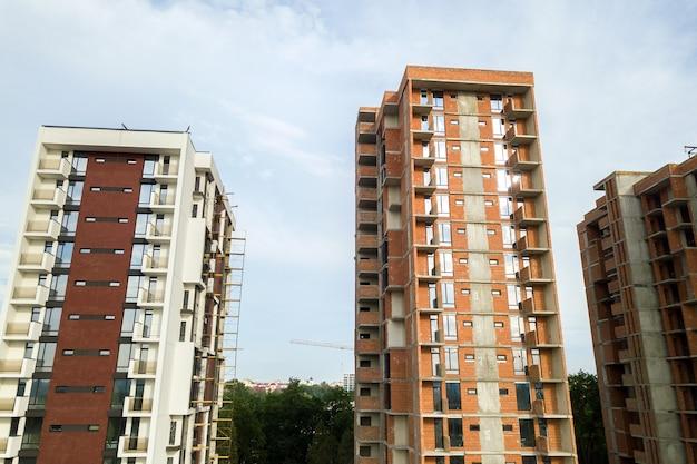 Hohe wohngebäude im bau. immobilien-entwicklung.