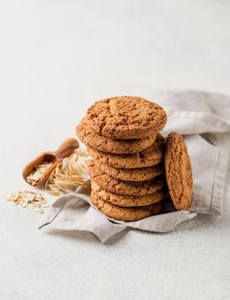 Hoher ansichtstapel von keksen und von weizensamen