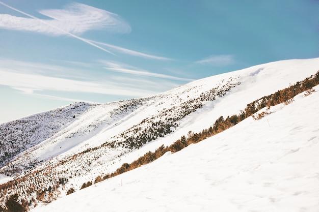 Hoher berg mit schnee bedeckt