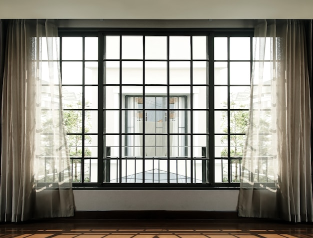 Hoher fenster- und vorhanginnenraum mit sonnenlicht von außen ins wohnzimmer