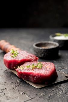 Hoher fleischwinkel auf hackmesser mit kräutern