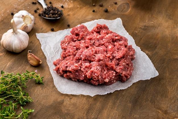 Hoher fleischwinkel mit kräutern und knoblauch