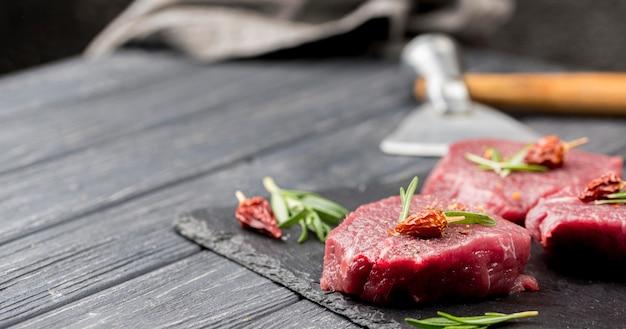 Hoher fleischwinkel mit kräutern und kopierraum
