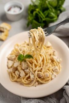 Hoher gabelwinkel und leckere pasta