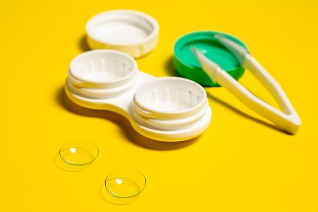 Hoher kontaktlinsenwinkel mit etui und pinzette