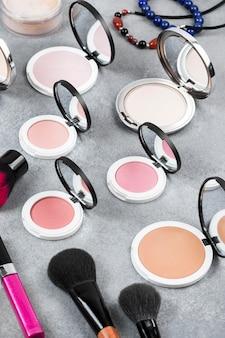 Hoher make-up-winkel auf schreibtischkonzept