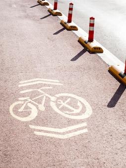 Hoher pfeilwinkel auf dem fahrradweg