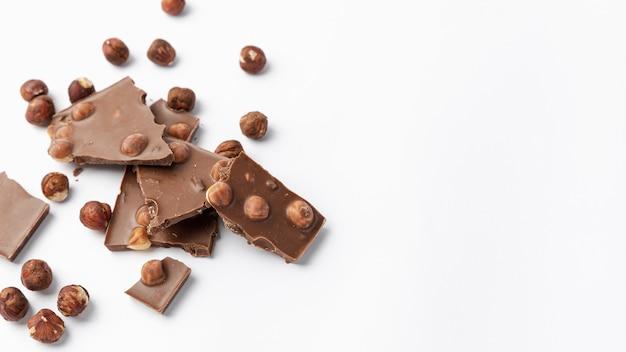 Hoher schokoladenwinkel mit haselnüssen und kopierraum