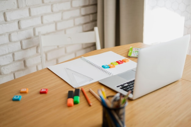 Hoher schreibtischwinkel mit laptop bereit für online-nachhilfe