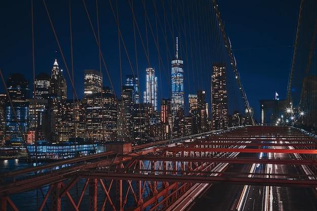 Hoher schuss von der brooklyn bridge des new yorker stadtbildes während der nacht