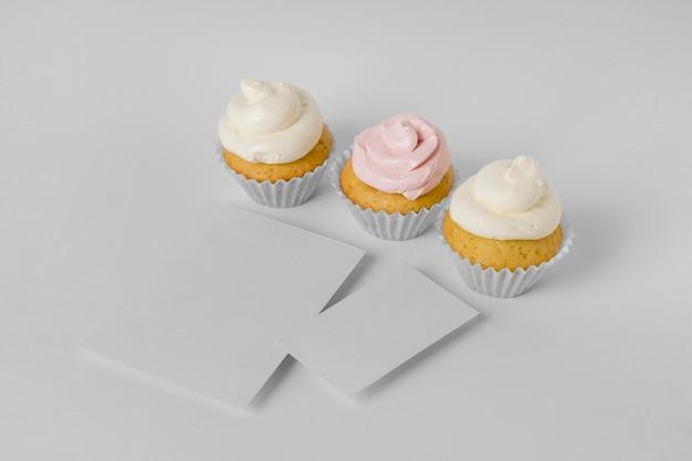 Hoher sortierwinkel von cupcakes mit kopierraum
