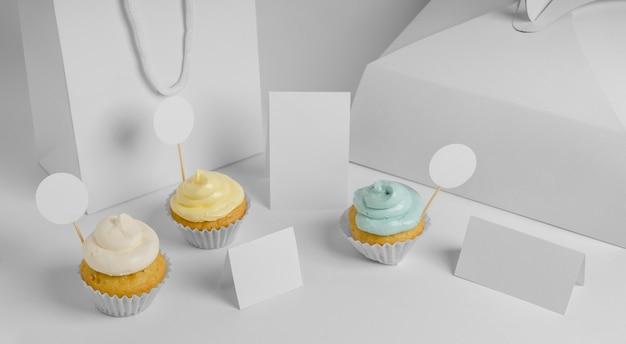 Hoher sortimentswinkel von cupcakes mit verpackung und beutel