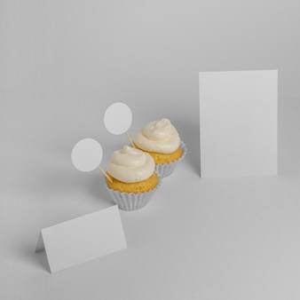 Hoher sortimentswinkel von cupcakes mit verpackung und kopierraum