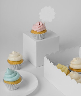 Hoher sortimentswinkel von cupcakes mit verpackungsboxen und teller
