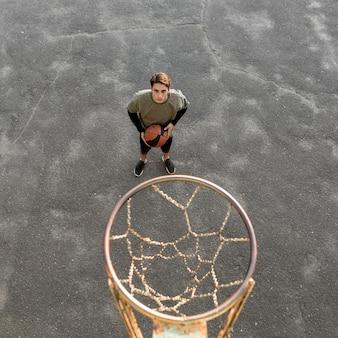 Hoher städtischer basketballspieler der ansicht