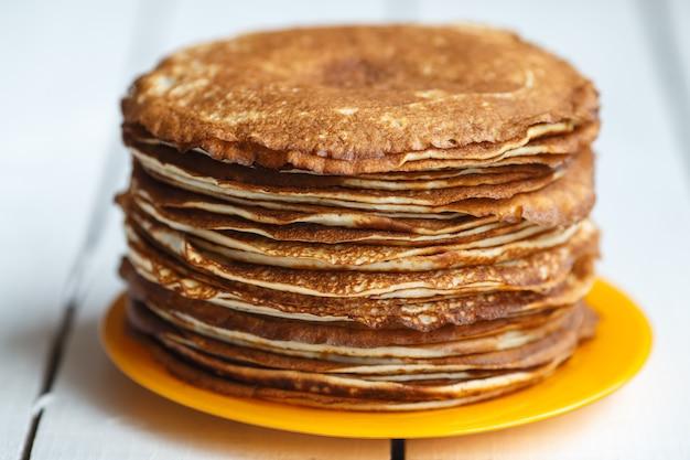 Hoher stapel klassischer russischer dünner pfannkuchen. rustikaler stil. traditionell für die russische pfannkuchenwoche maslenitsa.