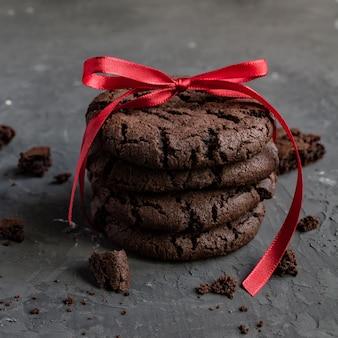 Hoher stapel weicher hausgemachter schokoladenkekse mit bissspur