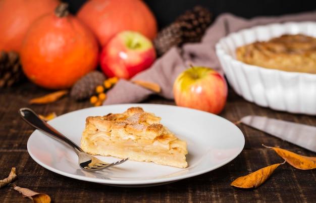 Hoher tellerwinkel mit thanksgiving-apfelkuchenscheibe