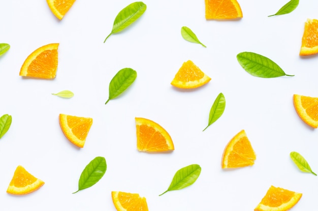 Hoher vitamin c-gehalt, saftig und süß. frische orange frucht mit grün lässt nahtloses muster