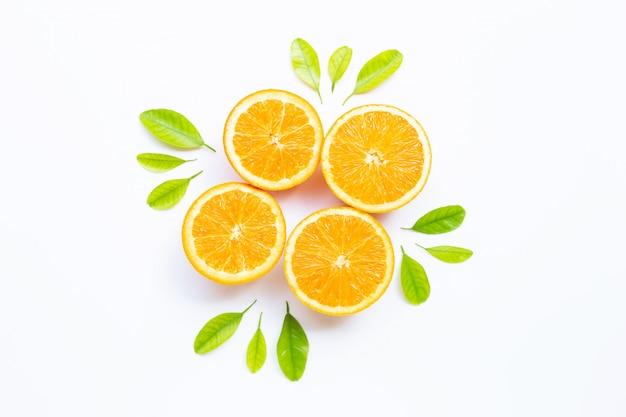 Hoher vitamin c-gehalt, saftig und süß. frische orangenfrucht mit grünen blättern