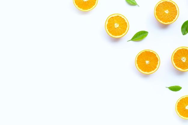 Hoher vitamin c, saftig und süß. frische orangenfrucht auf weiß.